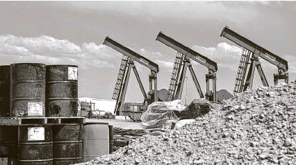 ?? Callaghan O'Hare / Bloomberg ?? A row of pumpjacks is seen last year at a Diamondback Energy oil rig in Midland. Executives from Pioneer and Parsley have urged the Railroad Commission to cut production across Texas.