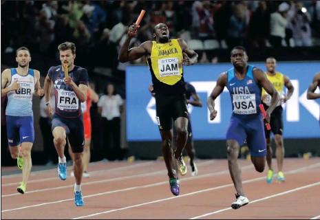 ?? Picture: AP ?? THE AGONY: Usain Bolt pulls up injured in the final of the Men's 4x100m relay in London on Saturday .