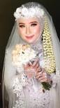 ??  ?? HEADPIECE BUNGA: Ruhil Hidayah mengenakan flower crown pada akad nikahnya yang digelar Jumat (4/5).