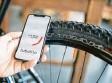 ?? Foto: Markus Frühmann, dpa ?? Ein Sensor im Schlauch macht das Mes‰ sen des Reifendrucks per Smartphone‰ App möglich.