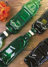 ??  ?? Attractive and eco-friendly pressed bottles turned into serving platters by Ysa's Crafts.