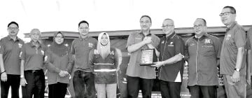 ?? - Bernama photo ?? UmnoVice-President Datuk Seri HishammuddinTun Hussein (fourth right) receiving a souvenir from Labuan member of parliament Datuk Rozman Isli, flanked by BN Labuan component parties' leaders after the launch of the BN Labuan 14th General Election...
