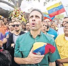 ?? FOTO: EFE ?? ►► Capriles participa el jueves en una marcha en homenaje a un estudiante muerto, en Caracas.