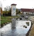 ?? Foto: Marcus Merk ?? Durch die Ellgauer Ortsmitte fließt nicht der Lech, sondern der Mühlbach. Der entspringt aber dem Lech und fließt auch wieder in diesen.