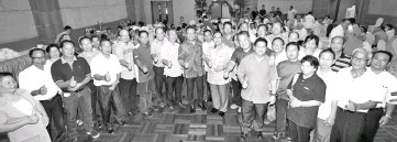 ??  ?? Abdul Rahman (middle) with church leaders and community leaders from Sepanggar.