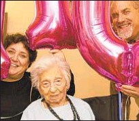 ??  ?? Ruth Weyl celebrates 110th birthday with niece Evelyn Holz and nephew Steve Holz in Queens.