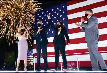 ?? AP ?? Die Wahlsieger Biden und Harris (Mitte) und ihre Lebenspartner bei einem Auftritt in Delaware.