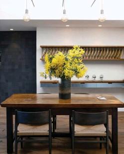 ??  ?? À l'entrée du restaurant se dresse une table de ferme vendéenne à l'épais plateau en noyer, où trônera en permanence un bouquet champêtre. Cette desserte, qui abritera les bouteilles de vin et différentes sortes de pain, permettra aussi au service d'effectuer des découpes.