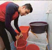 ?? PIC BY ZULFADHLI ZULKIFLI ?? Mohammad Faris Mohd Satar collecting water at his home yesterday in anticipation of the 3-day supply cut.