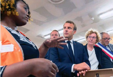 ??  ?? Emploi. La ministre du Travail, Muriel Pénicaud, accompagne Emmanuel Macron sur un chantier d'insertion par l'activité économique, à Bonneuil-surMarne (Val-de-Marne), le 10 septembre.