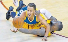 ?? XINHUA/IMAGO ?? Mal Luftduell, mal Bodenkampf: Steph Curry (oben) und LeBron James (unten) haben schon 2015 im Finale mit letztem Einsatz um den Ball gerungen.FOTO: