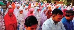 ??  ?? KHUSYUK: Murid-murid SMP-SMA Islam Terpadu Shafta melaksanakan salat Duha bersama kemarin. Sekolah itu tetap menjalankan proses belajarmengajar.