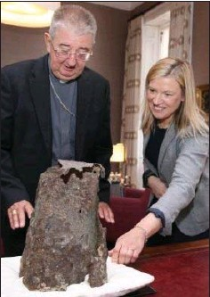 ??  ?? Arch­bishop of Dublin and Pri­mate of Ire­land Diarmuid Martin with Maeve Sikora, Keeper of An­tiq­ui­ties at the Na­tional Mu­seum.