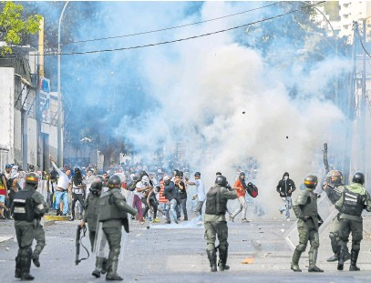 ?? Afp ?? Las fuerzas de seguridad del chavismo reprimieron las protestas de 2019 contra Maduro