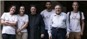 ?? (Photo DR) ?? Le docteur Adel Ghali (en chemise et avec les lunettes) ici aux côtés de volontaires de l'association SOS Chrétiens d'Orient au Caire.