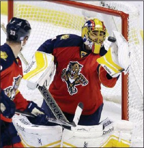 ?? ALAN DIAZ — THE ASSOCIATED PRESS ?? Florida Panthers goalie Roberto Luongo stops a Flyers shot in the third period Saturday.