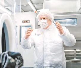 ?? REUTERS ?? Boris Johnson visitó ayer una planta de la farmacéutica.