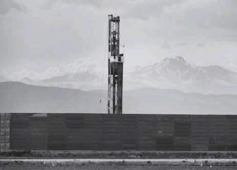?? He­len H. Richard­son, The Den­ver Post ?? Longs Peak pro­vides the back­drop for a large Cre­stone Peak Re­sources drilling op­er­a­tion near Fred­er­ick. The fa­cil­ity is sur­rounded by large, noise-damp­en­ing walls. The oil and gas in­dus­try in the past four years has poured more than $80 mil­lion into...