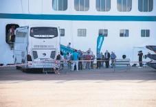 ??  ?? Resenärerna slussades ut till bussar som skulle ta dem på guidade turer i Bohuslän under tisdagen.