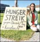 ??  ?? Protestaktion: Martha K. am Heldenplatz
