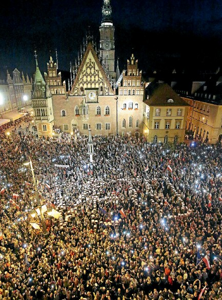 ?? PHOTO: REUTERS ?? People protest against supreme court legislation in Wroclaw, Poland. They said it will politicise the judiciary.