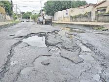 ??  ?? La calle Presbítero Javier Bogarín se muestra en destrozos.