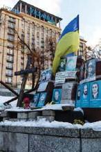 ??  ?? Des portraits de manifestants tués durant les événements de Maïdan ont été installés près de l'hôtel Ukraine, un des lieux d'où les tireurs d'élite, sous les ordres du président déchu Ianoukovitch, tiraient sur la foule.