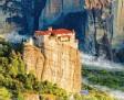 ?? Foto: stock.adobe.com ?? Hier siehst du eines der Meteora‰Klöster. Diese Klöster liegen auf hohen Felsen in Griechenland.