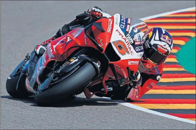 ??  ?? Johann Zarco pilota la Ducati del equipo Pramac ayer durante la clasificación del GP de Alemania en el circuito de Sachsenring, escenario de la octava cita de la temporada.