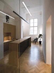 ??  ?? Po odstranitvi predelnih sten hišniškega stanovanja sta se pokazala vstopni, ožji in členjen prostor, kamor je odslej umeščen izposojevalni pult, ter večji, enovit in svetel prostor.