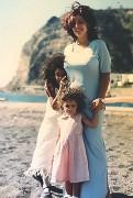 ??  ?? Insieme Alessandra con la mamma Teresa e la sorella più piccola quando era bambina