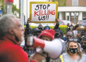 ?? Robert Willett / Raleigh News & Observer ?? Kirk Rivers addresses demonstrators who gathered Friday outside City Hall in Elizabeth City, N.C., to protest the fatal shooting of Andrew Brown Jr.