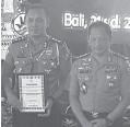 ?? POLDA JATIM FOR JAWA POS ?? APRESIASI: Kapolri Jenderal Tito memberikan penghargaan kepada AKBP Eddwi.