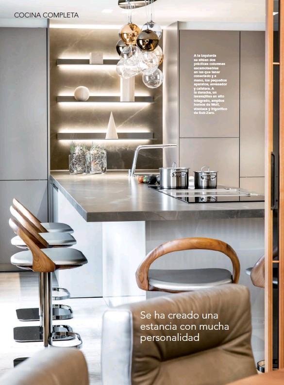 ??  ?? A la izquierda se sitúan dos prácticas columnas escamoteables en las que tener conectado y a mano, los pequeños aparatos, envasador y cafetera. A la derecha, un lavavajillas en alto integrado, amplios hornos de Wolf, vinoteca y frigorífico de Sub Zero.