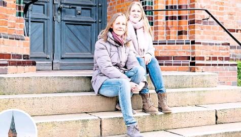 ?? FOTOS: BERT STREBE ?? Dringen seit Jahren auf Aufklärung: Uta von Hörsten (links) und Silke Beermann-Tietz wollen wissen, warum es in der St.-Dionysius-Kirchengemeinde immer wieder Konflikte und Streit gibt.