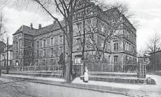 ?? FOTO: JENNY STROZYK ?? Seit dem Ende des 19. Jahrhunderts steht die Augenklinik der Unimedizin Rostock in der Doberaner Straße 140.