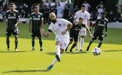?? MATIAS J. OCNER mocner@miamiheral­d.com ?? Inter Miami forward Gonzalo Higuain scores on a penalty kick against the L.A. Galaxy on Sunday. The goal gave Inter Miami a 2-1 lead in the 68th minute, but L.A. rallied for the victory in the season-opening match at DRV PNK Stadium in Fort Lauderdale.