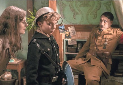 "?? KIMBERLEY FRENCH ?? Jewish girl Elsa (Thomasin McKenzie, left) throws young Jojo (Roman Griffin Davis) and Adolf Hitler (Taika Waititi) for a loop in the anti-war, pro-love satire ""Jojo Rabbit."""