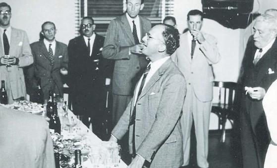 ??  ?? En actividad. Shaw durante un evento de la cristalería. Es quien habla. Detrás de él aparece León Víctor Fourvel Rigolleau, hijo del fundador.