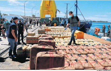 ?? ALBERTO DOMÍNGUEZ ?? Un agente de la Guardia Civil comprueba ayer los fardos de droga en el Puerto de Huelva.