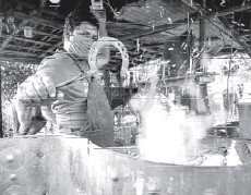 ??  ?? Yusmani Garcia removing a piece of red-hot metal from a furnace with a pair of tongs.