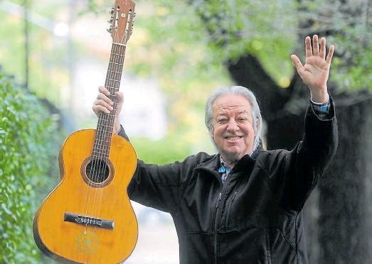 ??  ?? Multifacético. Intérprete de Las olas y el viento, Donald siempre regresó a su San Isidro querido y hasta probó suerte con la política.