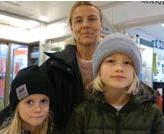 ??  ?? Anna Wilde, Saltsjöbaden, med Lykke 9 år och Sofia 7 år. – Det viktigaste är att man känner förtroende för skolledningen, att det är bra lärare och en trygg miljö. Jag vill också jättegärna ha en blandning, så att barnen får möta elever med andra bakgrunder.