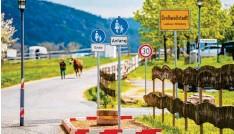 ?? Foto: Arnold, dpa ?? Nicht einmal zehn Meter ist er lang, der kuriose Fußweg am Ortsrand von Großwall‰ stadt in Unterfranken.