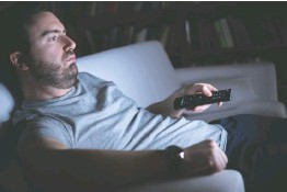 ??  ?? Half-watching TV late at night instead of going to bed may stem from boredom, a new study suggests.