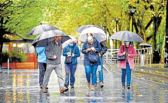 ?? Foto: A. Rubio ?? Un grupo de personas, paseando por el Boulevard donostiarra.