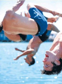 ?? Photo: CAMERON BURNELL/FAIRFAX NZ ?? Cooling off: Sam Dickson, right, and his New Zealand sevens team-mates dive into Wellington Harbour after a training session.