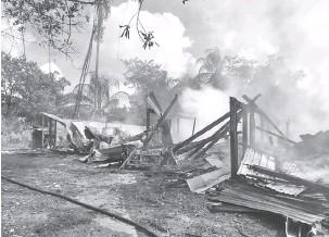 ??  ?? MUSNAH: Keadaan rumah sewa dua tingkat yang musnah dalam kebakaran yang berlaku di Jalan Sultan Iskandar, Bintulu pagi semalam.