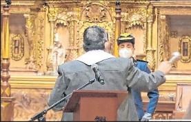 ?? Foto: Cortesía ?? Momento en que monseñor José Espinoza salpicaba el agua bendita en la capilla.