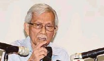 ?? FILE PIC ?? Tun Daim Zainuddin claims many Malays study literature instead of science due to the former's relative ease.